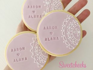 Wedding-Cookie-Favours-Hand-Piped